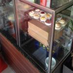 Uma vitrine box quente/frio 1200, em inox/MDF